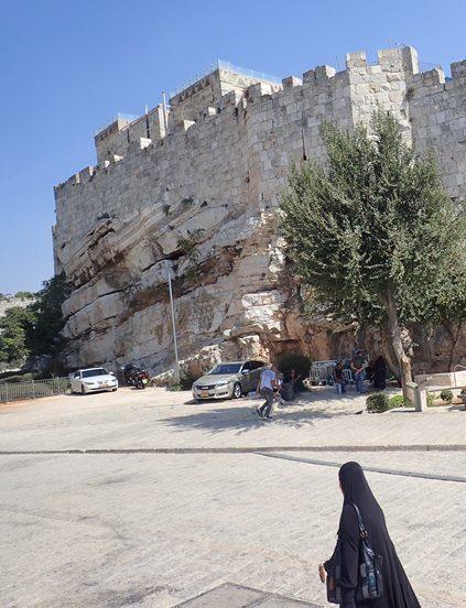 552岩の上に立つ城壁
