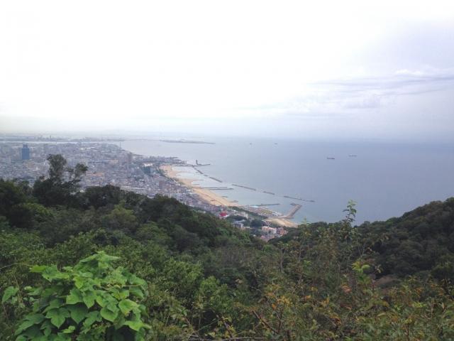 鉄拐山上から須磨海岸を望む。