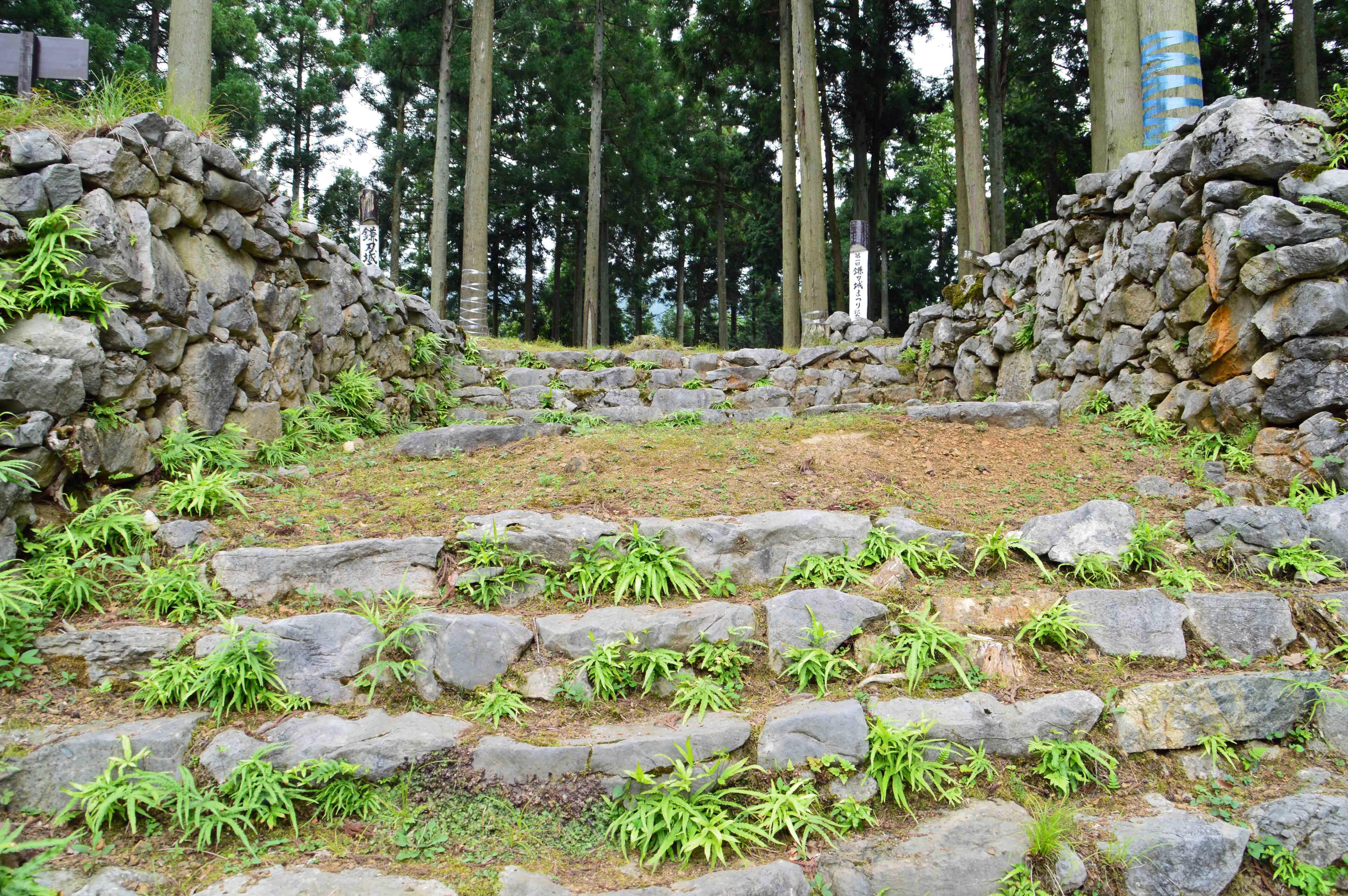 鎌刃城 石階段