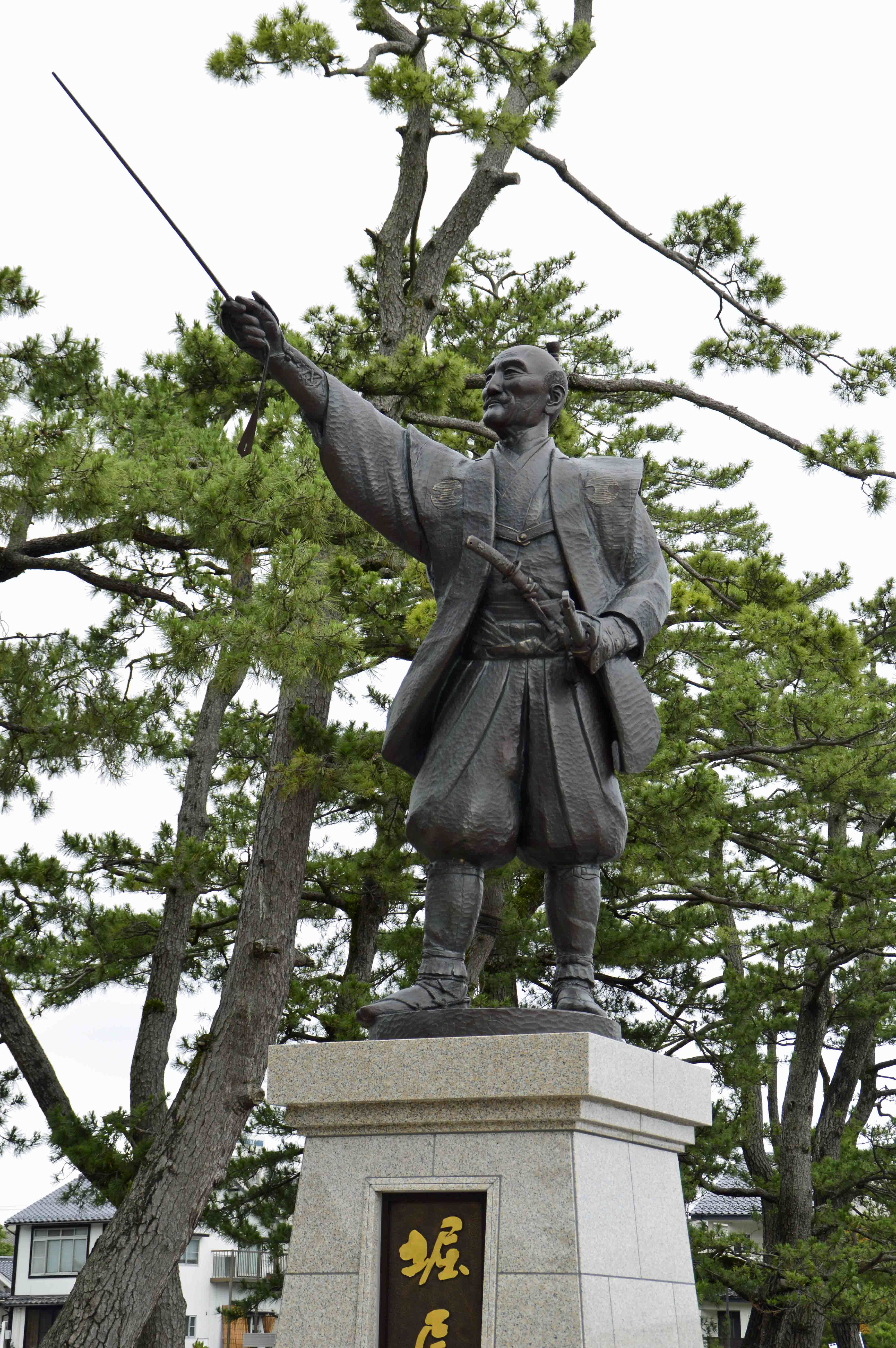 堀尾吉晴銅像