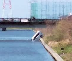 川に落ちた乗用車=4月15日、浜松市西区(提供写真)