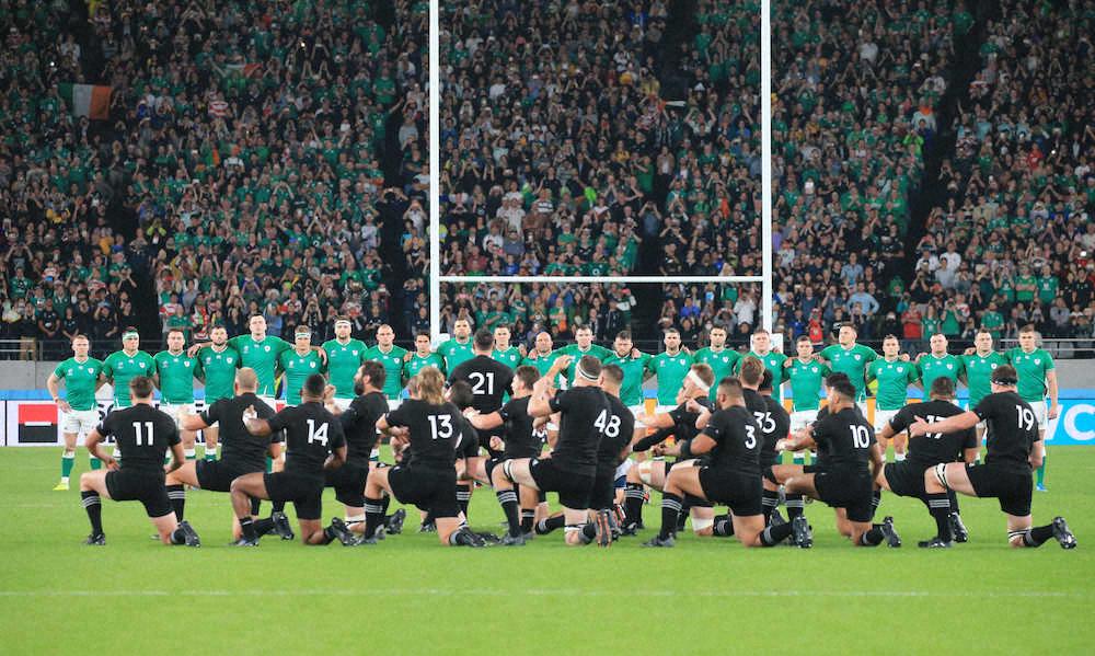 アイルランド代表の前でハカに披露するニュージーランド(手前)