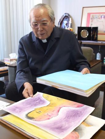 被爆体験の証言活動に使う紙芝居について説明する深堀升治神父