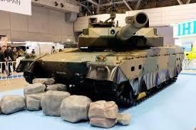 防衛装備庁が展示した陸上自衛隊の10式戦車=18日午前、千葉市