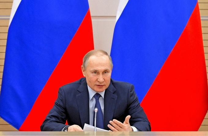 13日、モスクワで憲法改正準備作業グループとの会合で発言するプーチン・ロシア大統領=AP