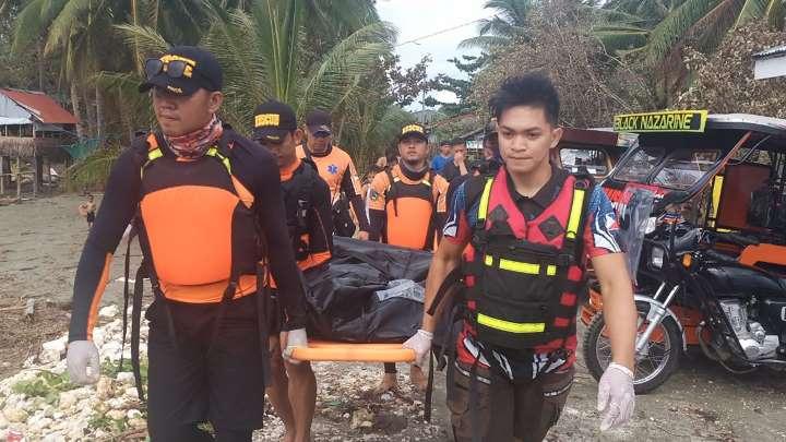 漁業関係者とみられる犠牲者の遺体を運ぶ救急隊員