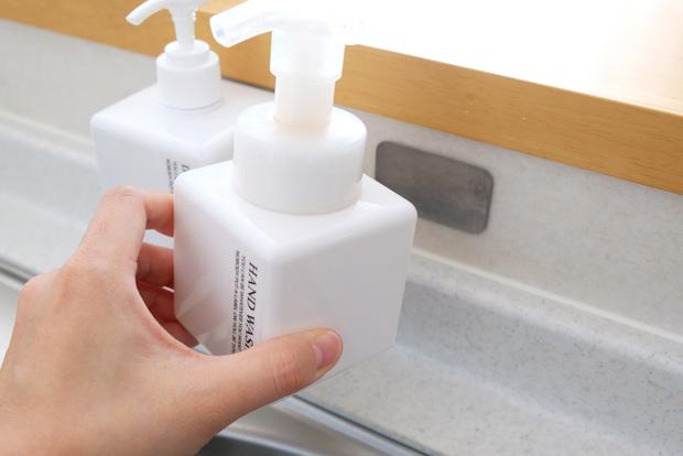 無印・PET詰替ボトル ホワイト 250ml用・セリア・マグネット用取り付けパネル・キッチン・シンク・洗剤ボトル収納①