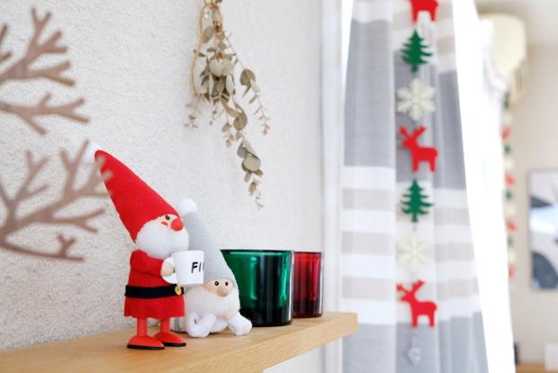 2019年・ノルディカニッセ・寝転がるサンタ・クリスマス・マグカップを持ったサンタ・リビング・テレビ台上①