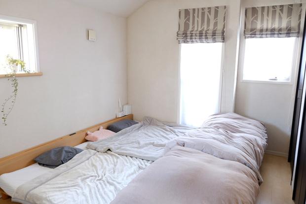 寝室・ベッド・ミューク・毛布・ローマンシェード①
