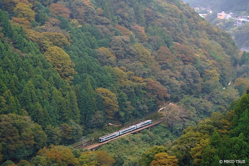 絶景探しの旅 - <strong>絶景写真</strong> 1122 色付く山間を行く土讃線列車 (徳島県 三好市 山城町)