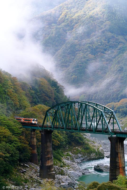 絶景探しの旅 - 1124 吉野川橋梁を行くアンパンマン列車 (土讃線/徳島県 三好市 山城町)