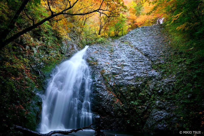 絶景探しの旅 - 1130 秋を落ちる 森吉 白糸の滝 (秋田県 北秋田市)