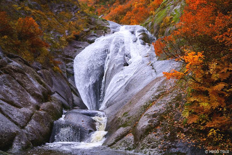 絶景探しの旅 - 絶景写真 1139 錦秋の桃洞の滝 (秋田県 北秋田市 森吉)