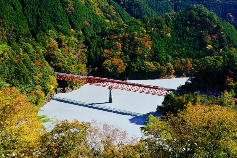 絶景探しの旅 - 絶景写真 No.1167 高さ70mの鉄橋を渡るアプト式列車 (奥大井湖上駅/静岡県 川根本町)