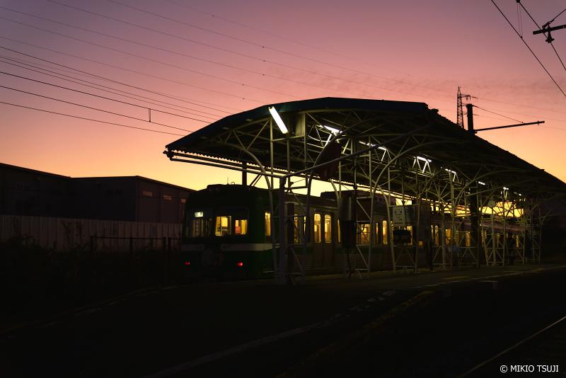絶景探しの旅 - 絶景写真 No. 1170 マジックアワーの岳南電車 (静岡県 富士市)