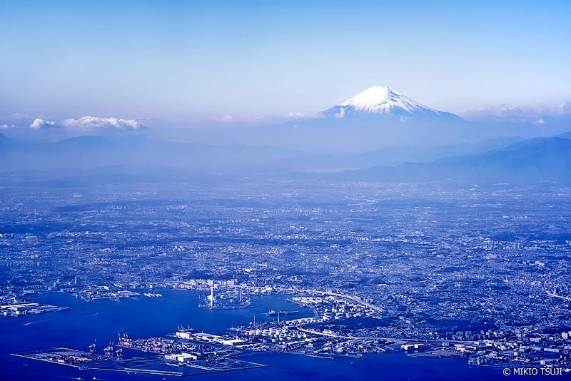 絶景探しの旅 - 絶景写真 No.1171 12月の横浜と富士山の風景 (神奈川県 横浜上空)