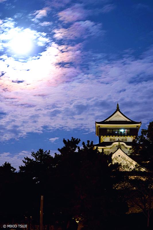 絶景探しの旅 - 絶景写真 No.1172 朝の満月と小倉城 (福岡県 北九州市 小倉北区)