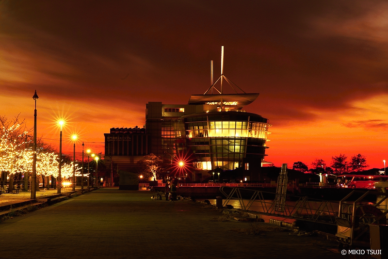 絶景探しの旅 - 絶景写真 No.1177 赤く燃えるマジックアワーの関門海峡ミュージアム (門司港レトロ/福岡県 北九州市)