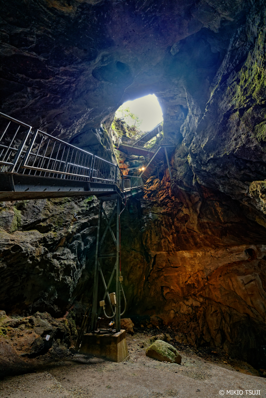 絶景探しの旅 - 絶景写真 No.1189 洞窟の広庭から天を仰ぐ (牡鹿鍾乳洞/北九州市 小倉南区 平尾台)