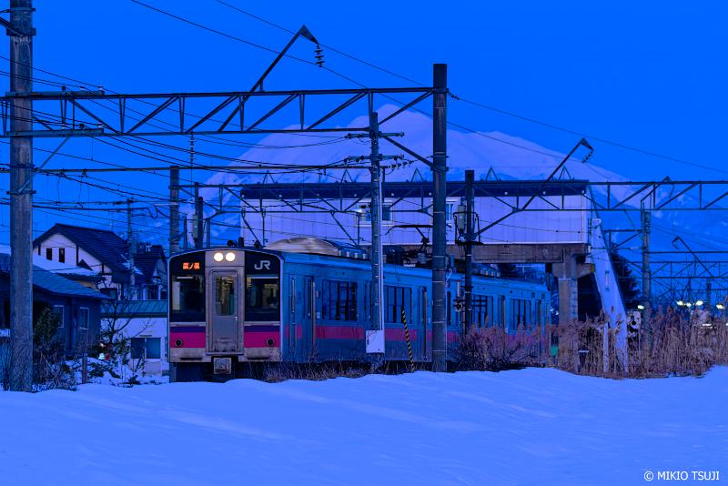 絶景探しの旅 - 絶景Photo No.1224 夜明けの奥羽本線と岩木山 (石川駅/青森県 弘前市)