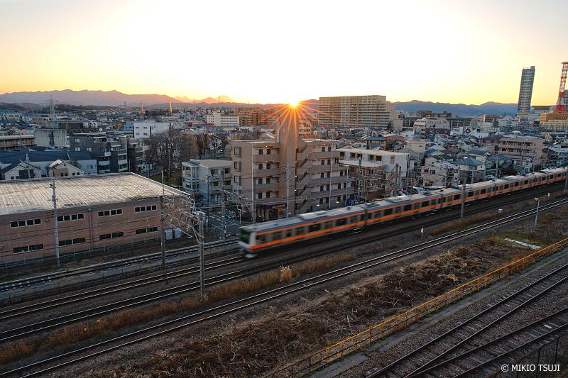 絶景探しの旅 - 絶景Photo No.1240 日没の街を走る中央線 (東京都 八王子市)