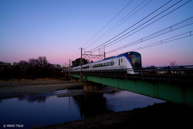 絶景探しの旅 - 絶景Photo No.1242 ブルーアワーの浅川を行くE353系 (東京都 八王子市)