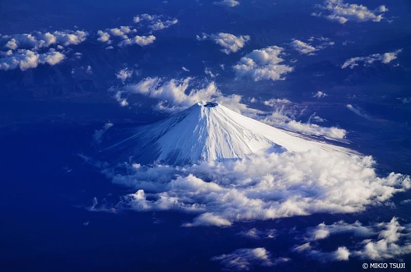 絶景探しの旅 - 絶景写真No.1254 雲巻く富士山 (静岡県上空)