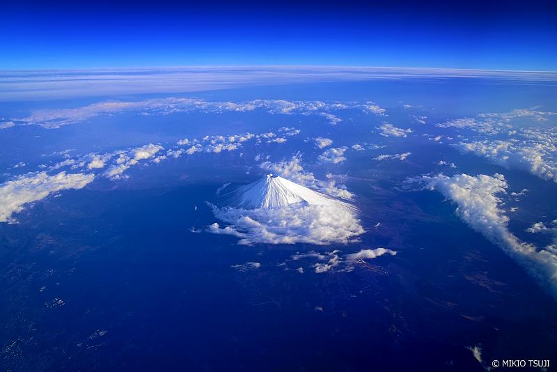絶景探しの旅 - 絶景写真No.1255 青い地球の富士山 (静岡県上空)